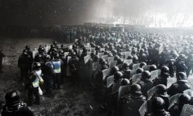 Ukrainsk politi samles, inden de støder sammen med demonstranter i hjertet af Kijev i januar 2014. Ifølge professor Richard Sakwa var oprøret i Ukraine ikke starten på den politiske krise mellem EU og Rusland – det var kulminationen på mange års fejlslagen udvidelsespolitik fra Vesten