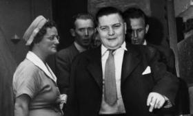 Brugtvognsforhandlere, sortbørsgrossister, alfonser, cigarhandlere, værtshustjenere og bestukne politifolk. Det myldrer med suspekte typer, når vi på grundlag af en hidtil ukendt dagbog fra 1948 følger med journalisterne Anders B. Nørgaard og Poul Dalgaard ind i efterkrigstidens københavnske gangstervælde
