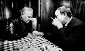Mange år efter 'Edderkoppe'-sagen mødtes den gamle sortbørshandler Svend Aage Has-selstrøm (t.v.) med journalisten Poul Dalgård, der i 1948-49 som 22-årig havde været med til at afsløre Hasselstrøm. Hasselstrøm, der fik seks års fængel, fortrød intet. Tværtimod ville han, som den gamle gangster sagde, gerne have haft syv arme, hvis han skulle genfødes, for så kunne han stjæle endnu mere.