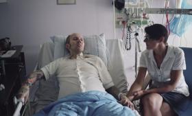 Da Maja Vogtmanns kæreste fik at vide, at han ikke kunne søge patienterstatning, fordi hans behandling var foregået i fængslet, blev hun forarget. Nu undersøger hun muligheden for at lægge sag an.