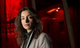 Deeyah Khan er 37 år og født i Oslo. Hun fik succes som sangerinde, men det pakistanske miljø i Oslo kunne ikke acceptere, at en ung kvinde fik så megen opmærksomhed, og Khan blev udsat for trusler og overfald. Hun flygtede til London, men heller ikke her kunne hun få lov til at leve i fred.