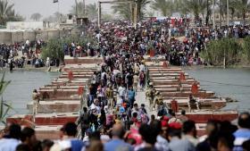 Fordrevne sunnimuslimer, der er flygtet fra volden i den irakiske by Ramadi, ankommer til Baghdad. Ramadi dannede i sidste uge rammen om voldsomme kampe mellem irakiske sikkerhedsstyrker og Islamisk Stat.
