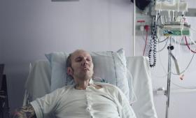 Kenneth Hulgreen brugte et år på at overbevise fængselspersonalet i Vridsløselille om, at han var alvorligt syg. Da han endelig fik lavet en scanning, var kræften så fremskreden, at han ikke var til at redde. Information har beskrevet, hvordan han sammen med sin kæreste Maja forsøgte at søge om patienterstatning, men de fandt igennem en advokat ud af, at han ikke var berettiget til det.