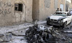 Der er grund til at kippe med det folkeoplysende flag for den dansk-kurdiske journalist og debattør Deniz B. Serincis bestræbelse på at skabe overblik med bogen 'Terrorens kalifat – et indblik i Islamisk Stat'. Her ses vraget af en bombet bil i Yemen. Islamisk Stat har erklæret, at de står bag dette angreb. Sanaa/Polfoto