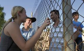 I flygtningelejren på Lesbos møder de unge danskere en af de syrere, de tidligere har hjulpet på stranden.