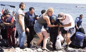 En kvinde mister bevidstheden i det øjeblik, hun kommer op af den motorløsebåd, hun har været ombord på. Privatfoto