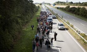 Der er 195 kilometer fra Rødby til Malmö. Hvis man spørger flygtningene fra krigen i Syrien er der længere endnu: Mens Sverige er målet for deres drømme, er Danmark landet, de nødigt vil fanges i
