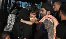 Flygtninge, der netop er ankommet i Grækenland. I et udspil fra EU-Kommissionen onsdag, lægger formand Jean-Claude Juncker op til en europæisk fordeling af flygtningene, der lige nu er i Ungarn, Italien og Grækenland.