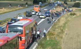 Mange af de flygninge, der er kommet til Danmark de seneste dage, går langs motorvejen mod Sverige.