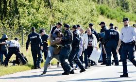 Onsdag blev motorvej E45 imellem Padborg og Aabenraa, hvor 300 flygtninge bevægede sig, lukket i begge retninger. Politiet forsøgte forgæves at stoppe flygtningene, der ikke ønskede at registrere sig i Danmark, men istedet ville videre til Sverige.