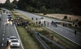 Da flere hundrede syriske flygtninge onsdag aften på en gang løb væk fra motorvejen ved Rødekro og forenede sig med ventende aktivister, der stod klar til at køre dem i skjul, gav politiet op.