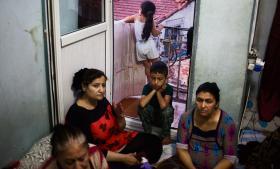 I et af det centrale Istanbuls fattigste kvarterer, Tarlabasi, bor en syrisk familie med 13 medlemmer i en toværelseslejlighed. Familien forsøger at spare penge nok til at rejse til Danmark, hvor de håber, at børnene vil kunne få uddannelser. Men de kan knap tjene penge nok til huslejen ved at arbejde