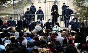 Grænser – og kontrollen af dem – er bærere af nationale, politiske fortællinger om, hvem vi er, og hvem der er plads til, før det 'vi' ændrer sig. Det er denne fortælling, der i disse måneder kæmpes om. Her ved grænsen mellem Serbien og Kroatien.