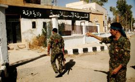 I Ayn al-Issa – kun 40 kilometer fra Islamisk Stats syriske hovedstad, Raqqa, gør kurdiske styrker og arabiske allierede sig klar til at angribe IS' hovedkvarter. Men våben fra USA er en forudsætning, og kurderne er ikke lige populære hos alle USA's allierede. Information rapporterer fra byen