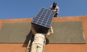 Støv og ørkensand lægger sig på solcellerne. Derfor skal de jævnligt rengøres for yde fuldt ud.