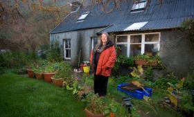 'Da vi er en isoleret ø, er det også blevet en del af livsstilen at genanvende ting. Ikke bare ved at kompostere køkkenaffald, men også ved at praktisere en form for bytteøkonomi', siger Maggie Fyffe, indbygger på Isle of Eigg.