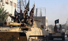 Spørgsmålet er, hvem der overtager magten, hvis det lykkes at drive Islamisk Stat ud af Raqqa og de andre byer i bevægelsens 'kalifat'. Foto: AP