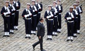Den franske præsident Francois Hollande ved en ceremoni i Paris i går. Trods terrorangrebet, skal byen være vært for COP 21 senere på måneden, og den bedste måde at bekæmpe terrorisme og ustabilitet på er netop at bremse klimaforandring.