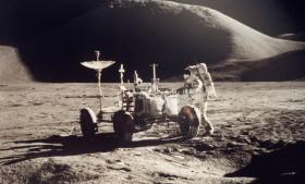 Vi behøver nye store samfundsvisioner, som teknologien kan spille med på. En sådan vision var Apollo-måneprogrammet. Fra 1961, hvor visionen blev formuleret af præsident John F. Kennedy, til 1969, hvor den blev realiseret, gik der blot otte år. Man tog på de få år et kvantespring, og det var – og er – menneskehedens suverænt største bedrift.