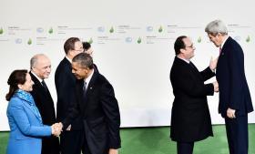 Verdens ledere ankom i går til Paris for at deltage i COP21. Her er det USA's Barack Obama og udenrigsminister John Kerry, der hilser på blandt andre den franske præsident, François Hollande.