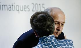 Den franske udenrigsminister og formand for COP21, Laurent Fabius, præsenterede i går et nyt og kortere udkast til en klimaaftale. Her hilser Fabius på Christiana Figueres, der er FN's klimachef.