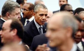 Præsident Barack Obama og Ukraines præsident, Petro Porotjenko, (t.v.) ved COP21 i Paris lige før en fotosession forleden med et udsnit af de 150 landes ledere, der er rejst til klimatopmødet.  Alle it-sikkerhedseksperter er enige om, at der foregår spionage, aflytning og overvågning af mange deltageres elektroniske apparater ved mødet.