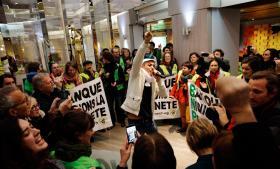 Aktivister fra ngo'en Ingen vold COP21 brød ud i sang under klimatopmødet i Paris.