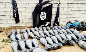 Granater og flag som kommandant Salams mænd fra Iraks specialstyrker har fundet i de områder i Ramadi, som de har tilbageerobret fra IS.