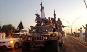Krigere fra Islamisk Stat paraderer efter at have erobret millionbyen Mosul i Irak i juni 2014. Den islamistiske bevægelse tiltrækker støtter ved at fremstille sig som sande muslimer og spørge til folks behov og tilbyde dem tjenester, fortæller en afhopper, som Information har interviewet. Arkiv