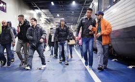 Flygtninge ankommer med togfærgen til Rødby i september. Regeringen overvejer nu at indføre en dansk grænsekontrol magen til Sveriges langs grænsen til Tyskland. Arkiv