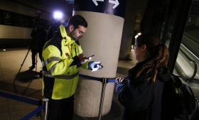 Regeringen har i mandags indført midlertidig kontrol ved de danske grænser. Her er det id-kontrol på stationen ved Kastrup Lufthavn.
