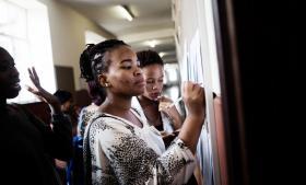 Februar er travlhed og studiestart på Witwatersrand Universitet (kaldet Wits) i Johannesburg. Selvom de studerende er kommet gennem nåleøjet og ind på kontinentets andet bedste universitet, dropper over halvdelen ud igen. Det skyldes primært, at de ikke har råd til studieafgifterne.