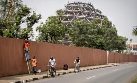 Rwandas regering har indført et seksårigt iværksætterfag i secondary school, og internationalt støttede organisationer som Inkomoko, Impact Hub og Akilah Institute fungerer som mentorer for iværksættere i hovedstaden Kigali.
