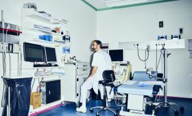 Måden, man i dag undersøger for prostatakræft, svarer ifølge Ph.d. Cup-finalist Lars Boesen til, at en kvinde med formodet brystkræft lod sit bryst gennemstikke med 10-12 vævsprøvenåle, hvorefter lægerne så laver billeddiagnostik for at finde ud af, hvor det er mest hensigtsmæssigt at tage nye prøver.