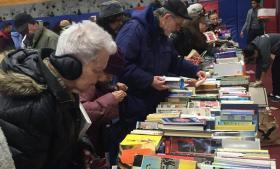 Boderne er sat systematisk op. Her ses en af de fyldte boder med bøger, hvor man kan finde alt fra Biblen til Harry Potter.