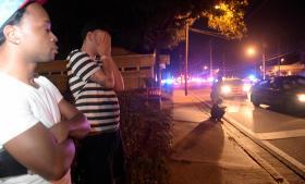 Pårørende til gæster fra natklubben Pulse, hvor 49 mennesker blev dræbt og 53 såret natten til søndag. Gerningsmanden, Omar Mateen, handlede efter alt at dømme på egen hånd, men svor inden angrebet troskab til Islamisk Stat