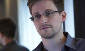 The Guardian afslørede søndag aften den kilde, der har givet dem informationer om USA's overvågningsprogrammer. »Jeg kunne ikke gøre dette uden at acceptere risikoen for at jeg ender i et fængsel. Du stiller dig ikke op imod verdens mest magtfulde efterretningstjeneste uden at acceptere den risiko,« fortæller Edward Snowden, tidligere teknisk assistent hos efterretningstjenesten CIA