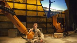 I det aktuelle teaterstykke på Frederiksbergscenen, er to ud af stykket tre roller robotter. Robotterne er begyndt at indtage kunstens verden og er både teknisk dygtige og følelsesmæssig overbevisende