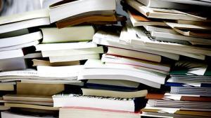 På denne tid af året er det kutyme, at ethvert betydende medie bringer en liste over de bøger, som man nødvendigvis må fornøje sig med i sin ferie. Så vidt vides har endnu ingen lavet en liste over god, dansksproget overvågningslitteratur. Men hjælpen er nær, for listen kommer her. Udvælgelsesprocessen har ikke været vanskelig, for der findes ikke mange fagbøger om emnet, og derfor kan man, så længe man kun læser på dansk, med en smule ildhu læse op på feltet på en halv sommerferie.