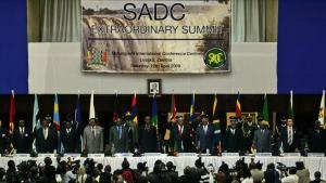 En rælle af afrikanske statsledere kunne ikke blive enige om en fælles fordømmelse af situationen i Zimbabwe, da de i weekenden ekstraordinært mødtes i Zambias hovedstad, Lusaka.