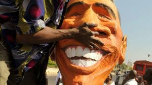 I Dakar i Senegal blev en fire meter høj gipsfigur af Barack Obama i sidste uge brugt ved en demonstration, der skulle minde USA og Europa om deres løfter om at give støtte til hiv/aids-bekæmpelse.