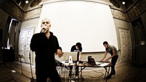 Nyskabende. Digteren Morten Søndergaard og lydartisterne Schweppenhäuser/ Thomsen modtog sidste år P2's Lyt til nyt-pris for albummet 'Hjertets abe sparker sig fri', der ifølge juryen 'på en nyskabende og fascinerende måde ophæver de traditionelle grænser mellem ord og musik'.