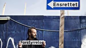 Anti-terrorloven er en svækkelse af demokratiet, mener billedkunstneren Jakob Jakobsen, der har fremstillet klistermærker til forstyrrelse af trafiksikkerheden