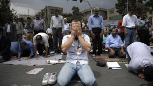 Bøn. Under fredagsbønnen kom landets åndelige leder Ayatollah Khamenei til at fremstå latterlig, da han afviste demonstrationer som udenlandsk indblanding.