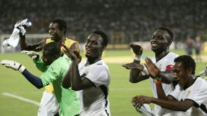 Kvalifikationer. Det ghanesiske landshold råder over stærke spillere som blandt andre Essien (i midten), der til daglig spiller i engelske Chelsea, og det vil næppe være den store fodboldmæssige overraskelse, hvis landsholdet sikrer sig en plads til VM i Sydafrika næste sommer og klarer sig godt, mener Kåre Pedersen.