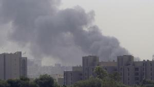 Røg stiger til vejrs over Bagdad, efter at en serie af bomber og mortergranater ramte byen og dræbte mindst 75. Foto: Scanpix