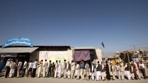 Lange køer ved valgstederne i Afghanistan, hvor FN's valgobservatører kalder fremmødet opløftende. Foto: Scanpix