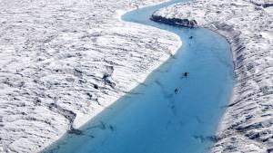 Med en radar udspændt mellem deres kajakker, ror forskere fra Arctic Sunrise op af Petermann-gletscheren. Foto: Greenpeace