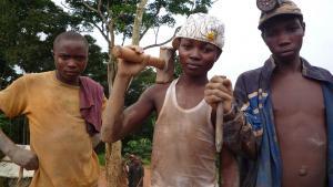 16-årige Chance (i midten) har arbejdet i minen i Bisie, siden har var 13 år gammel.