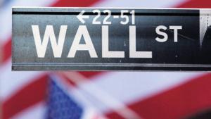 Trods finanskrise har den amerikanske bank Goldman Sachs afsat det, der svarer til 600.000 dollar pr. medarbejder til bonus. Men nu vil både USA og Europa gribe ind over for bankernes gyldne bonusordninger
